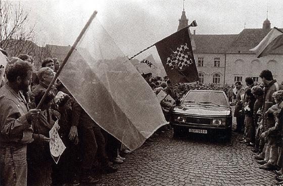 dvě podoby moravské vlajky ve Slavkově (1990)