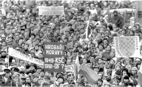 žluto-červené bikolóry na demonstraci požadující obnovení moravské samosprávy (rok 1991)