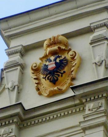 polepšený erb Brna s úpravou středečního štítku na budově školy na ulici Rašínova